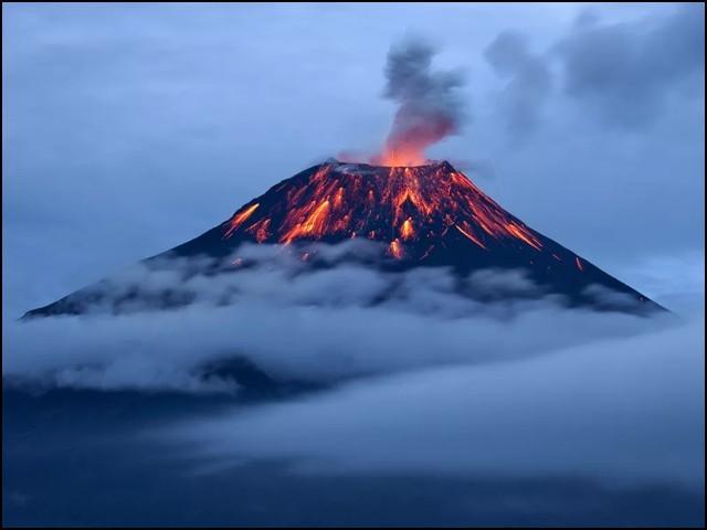 گزشتہ برس آتش فشانوں سے 30 کروڑ ٹن، جبکہ انسانی سرگرمیوں سے 3700 کروڑ ٹن کاربن ڈائی آکسائیڈ فضا میں شامل ہوئی۔ (فوٹو: انٹرنیٹ)