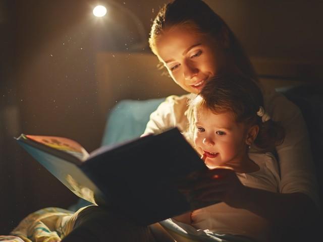 جب والدین نے کاغذی کتابوں سے اپنے بچوں کو کہانیاں پڑھ کر سنائیں تو ان دونوں میں پیار، محبت اور شراکت داری کا واضح مشاہدہ ہوا۔ (فوٹو: انٹرنیٹ)