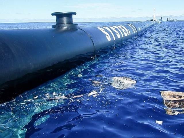 دی اوشن کلین اپ کے تحت ایک بڑے نظام نے سمندر میں تیرتے ہوئے پلاسٹک کے کوڑے کو جمع کرنا شروع کردیا ہے (فوٹو: نیوسائنٹسٹ)