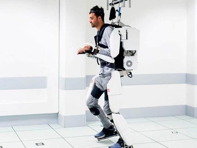 فرانسیسی کمپنی نے معذور شخص کو روبوٹ لباس کے ذریعے چلنے کے قابل بنایا جس نے صرف سوچ کی بنیادف پر چند قدم اٹھالیے (فوٹو: بی بی سی)