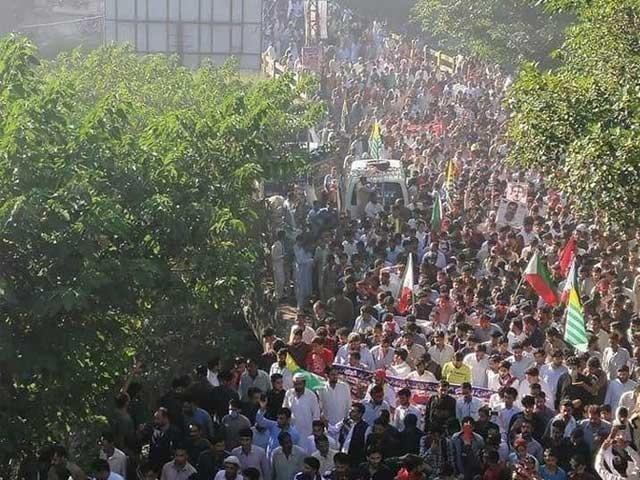 مارچ کرنے والے شہریوں پر بھارتی فوج کی فائرنگ اور گولہ باری کا خدشہ فوٹو:ٹوئٹر