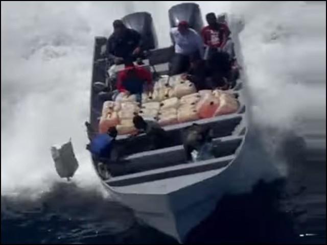 اسمگلروں نے سمندر میں چھلانگ لگا کر پولیس والوں کی جان بچائی اور انہیں سرکاری بوٹ پر واپس چڑھا دیا۔ (فوٹو: یوٹیوب اسکرین گریب)