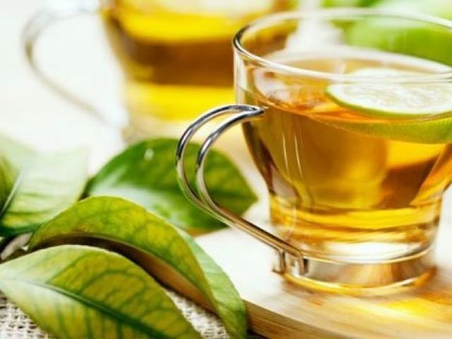 اینٹی بایوٹکس کھانے والے افراد اگر سبز چائے کو معمول بنالیں تو اس سے دواؤں کا اثر بڑھ سکتا ہے (فوٹو: فائل)