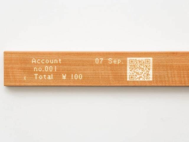 موئی لکڑی سے بنا ایک ایسا ڈسپلے ہے جو اپنی کئی خوبیوں کی وجہ سے پورے خاندان کو ایک دوسرے سے جوڑے رکھتا ہے۔ فوٹو: کک اسٹارٹرویب سائٹ