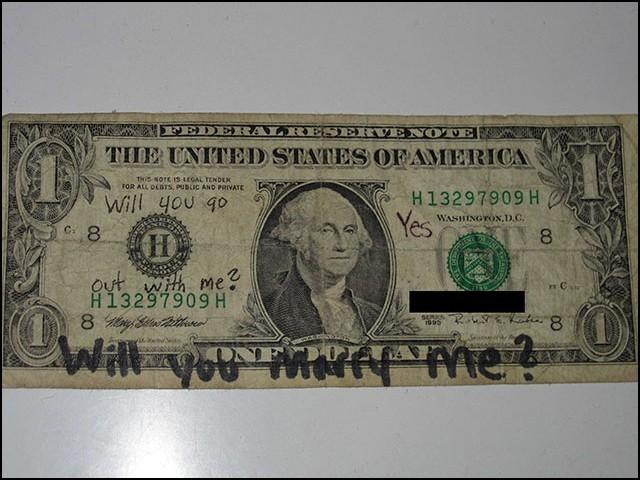 اس نوٹ کی مالیت صرف ایک ڈالر ہے، لیکن دو محبت کرنے والوں کےلیے یہ آج بھی انمول ہے۔ (فوٹو: بورڈ پانڈا)