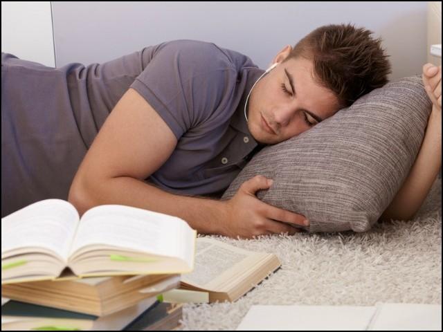 صحیح وقت پر اچھی نیند لینے سے تعلیمی میدان میں کارکردگی پر بہت اچھا اثر پڑتا ہے۔ (فوٹو: انٹرنیٹ)