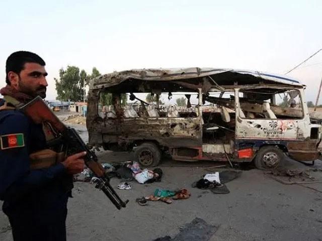 بس نئے بھرتی ہونے والے سپاہیوں کو لیکر جارہی تھی۔ فوٹو : رائٹرز