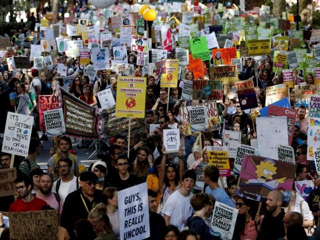 ماحولیاتی آلودگی پر قابو پانے کے سلسلے میں ایک بین الاقوامی مہم گزشتہ کافی عرصے سے جاری ہے۔ فوٹو: اے پی