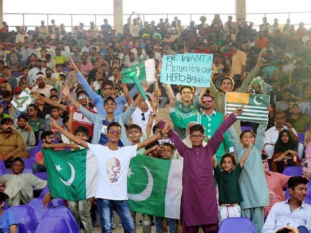 نعرے بازی ہوتی رہی، کھلاڑیوں کی حوصلہ افزائی کا سلسلہ جاری رہا۔ فوٹو: فائل