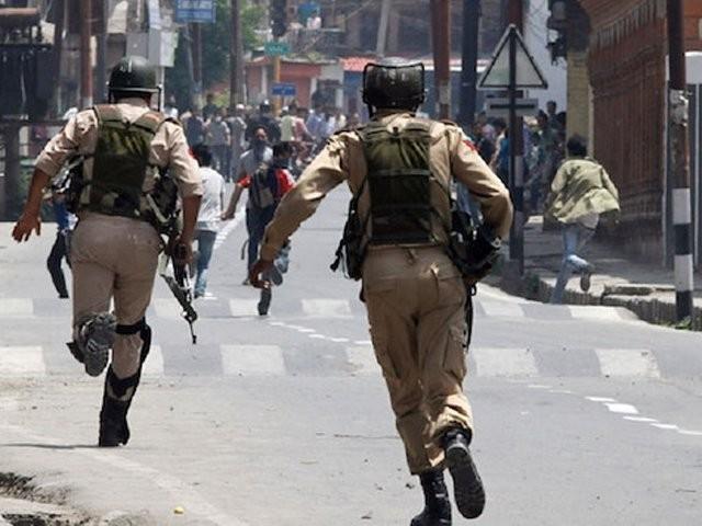 احتجاجی دھرنا چناری اور لائن آف کنٹرول چکوٹھی کے درمیان (چنوئیاں،بھرائیاں ) کے مقام پر چوتھے روز بھی جاری۔ فوٹو:فائل