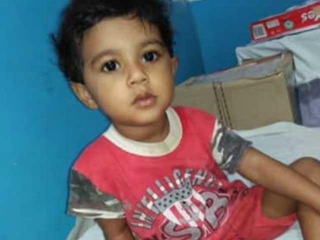 ڈھائی سالہ نور حرم سول اسپتال میں دوران علاج زخموں کی تاب نہ لاتے ہوئے چل بسی - فوٹو: ایکسپریس