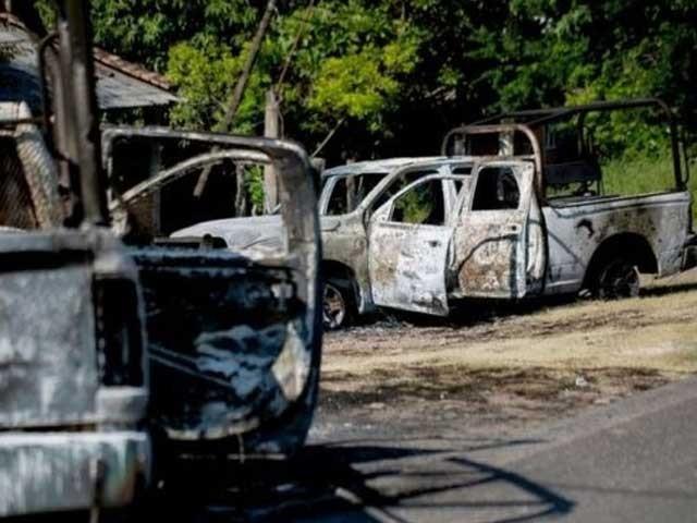 حملہ آوروں نے پولیس اہلکاروں کو قتل کرنے کے بعد ان کی گاڑیاں بھی نذر آتش کردیں فوٹو:اے ایف پی