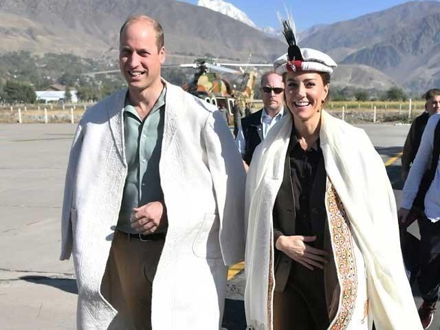 شہزادی کیٹ نے مور کے پروں سے سجی خوبصورت چترالی ٹوپی پہن رکھی ہے فوٹو:رائیٹرز