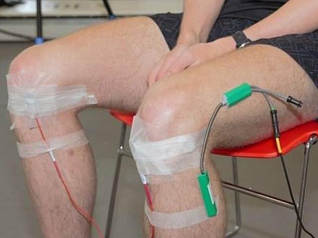 مریض کے گھٹنوں پر مائیکروفون لگا کر درد کی شدت نوٹ کرنے کا کامیاب تجربہ کیا گیا۔ فوٹو: ڈیلی میل