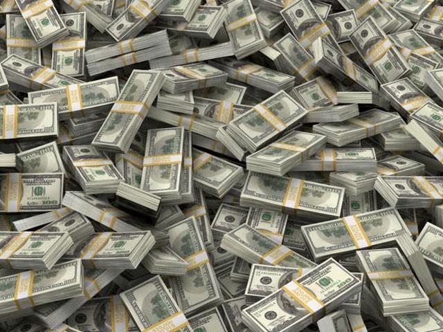 چار ماہ میں ڈالر سستا ہونے سے قرضوں کے بوجھ میں 800 ارب روپے کی کمی واقع ہوگئی (فوٹو : فائل)
