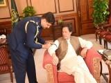 وزیراعظم کے پرنسپل اسٹاف نے سہہ پہر کے وقت عمران خان کے دائیں بازو پر سیاہ پٹی باندھی، فوٹو: سوشل میڈیا