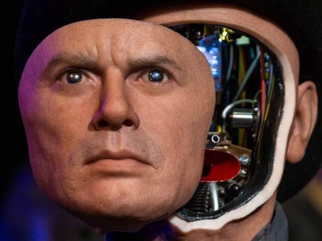 لندن کی ایک کمپنی نے اپنے روبوٹ پر انسانی چہرے لگانے کے لیے لوگوں سے تصاویر منگوائی ہیں۔ فوٹو: فائل