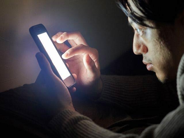 اسمارٹ فون اور ٹیبلٹ اسکرین سے خارج ہونے والی نیلی روشنی انسان میں عمررسیدگی بڑھاسکتی ہے (فوٹو: فائل)
