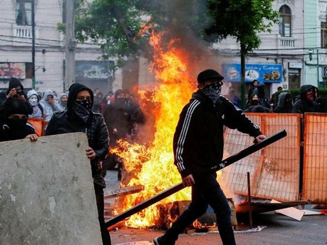 چلی کے صدر کے زیر زمین ٹرین سروس کے کرایوں میں اضافہ واپس لینے کے باوجود مظاہرین منشتر نہیں ہوئے (فوٹو : رائٹرز)
