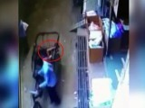 بچہ سائیکل رکشا کی پچھلی نشست پر گرنے کے باعث محفوظ رہا (فوٹو : ویڈیو گریب)