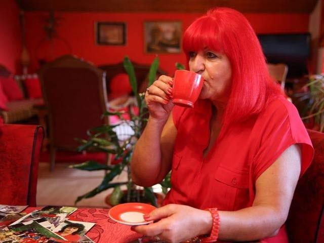 بوسنیا کی زوریکا ریبرنیک گزشتہ 40 سال سے سرخ لباس پہن رہی ہیں۔ فوٹو: فائل