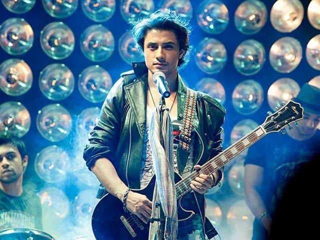 گلوکار نے اپنی ٹویٹ میں مداحوں سے کہا ہے کہ وہ ایک پشتو نغمہ تلاش کرنے میں ان کی مدد کریں (فوٹو: فائل)