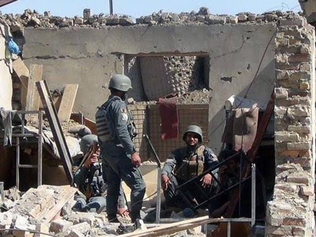 طالبان حملے کے بعد افغان پولیس کا اسلحہ بھی اپنے ہمراہ لے گئے۔ فوٹو : فائل