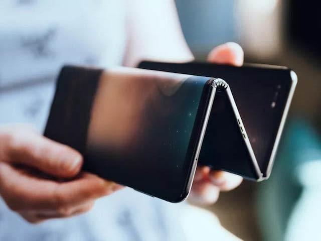 ٹی سی ایل کمپنی نے تین پرتوں میں فولڈ ہونے والا اسمارٹ فون تیار کیا ہے جو کھل کر ٹیبلٹ بن جاتا ہے۔ فوٹو: بشکریہ سی نیٹ