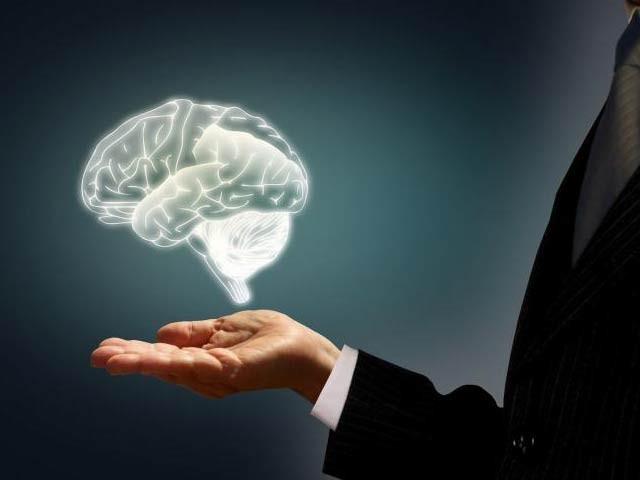نیند کے دوران دماغ سے فالتو مادے اور مضر پروٹین باہر نکلتے رہتے ہیں۔ فوٹو: فائل