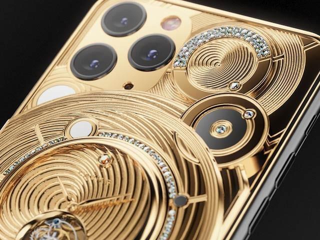 دنیا کے قیمتی ترین تحائف فروخت کرنے والی کیویئر کمپنی نے 70 ہزار ڈالر کا قیمتی ترین فون بنایا گیا ہے جو سونے اور ہیروں سے سجایا گیا ہے۔ فوٹو: کیوییئر کمپنی