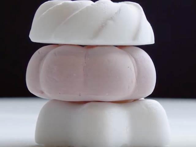 جرمنی اور لندن کے ماہرین نے مشترکہ طور پر دنیا کی سب سے ہلکی پھلکی مٹھائی بنائی ہے جس کا وزن ایک گرام ہے۔ فوٹو: اوڈٹی سینٹرل