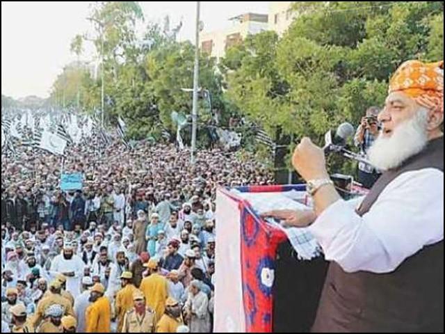 پاکستان میں دھرنا سیاست یا پھر دھرنا رومانس اپنی بنیادیں مضبوط کرچکا ہے۔ (فوٹو: انٹرنیٹ)