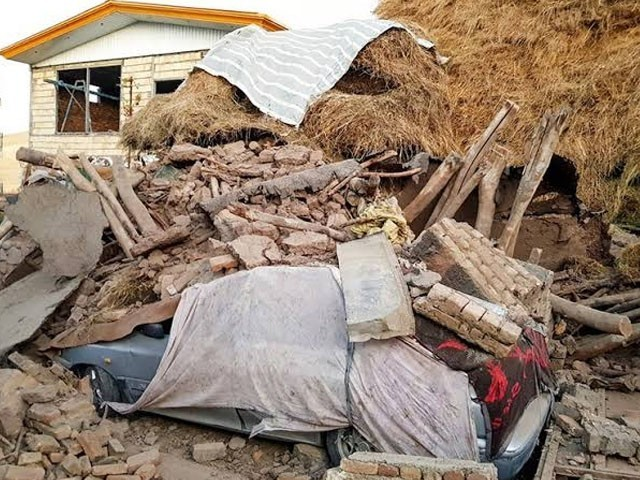 زلزلے میں کچے مکانات مکمل طور پر تباہ ہوگئے۔ فوٹو : ایرانی میڈیا