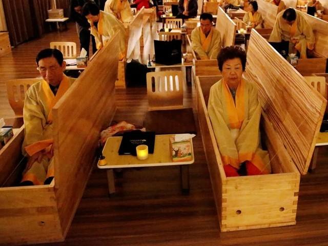 جنوبی کوریا میں ''موت کی ریہرسل'' کے مختلف مراکز میں ہر سال لاکھوں لوگ قربِ موت اور آخری رسومات کی مشق کرتے ہیں (فوٹو: سوشل میڈیا)