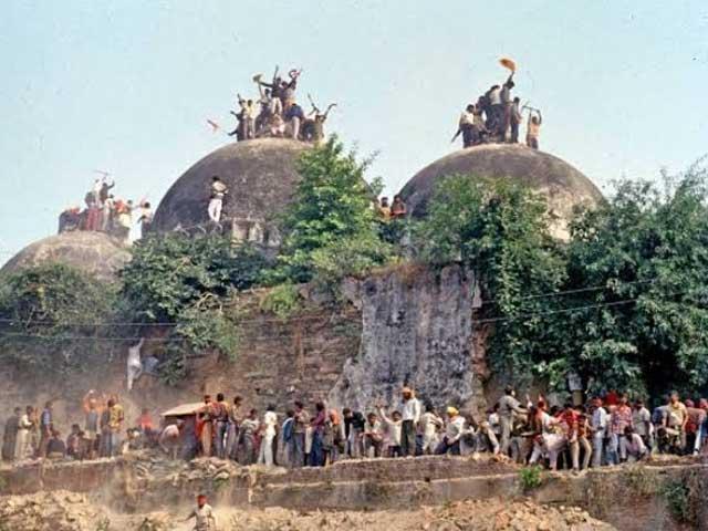 بھارتی سپریم کورٹ نے تاریخی بابری مسجد کیس کا فیصلہ ہندوؤں کے حق میں سناتے ہوئے مسلمانوں کو مسجد کے لیے متبادل زمین فراہم کرنے کا حکم دے دیا فوٹوانٹرنیٹ
