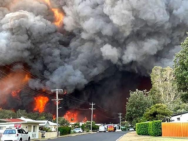 جنگلات میں لگنے والی آگ شہری علاقے میں داخل ہوگئی۔ (فوٹو : اے ایف پی)