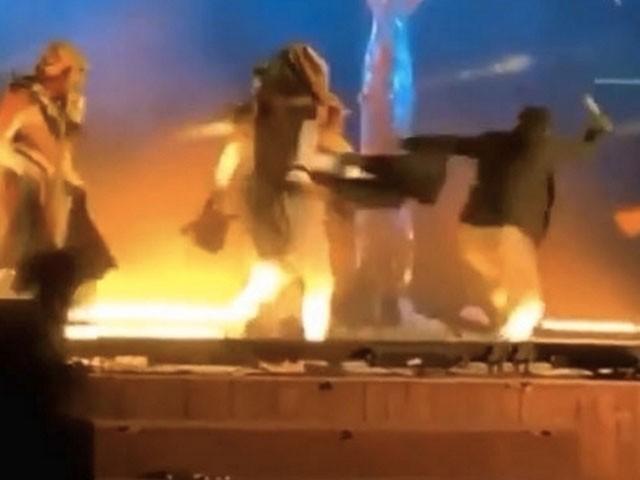 فنکار ٹیبلو پیش کررہے تھے کہ چاقر بردار شخص نے حملہ کردیا۔ فوٹو : ویڈیو گریب