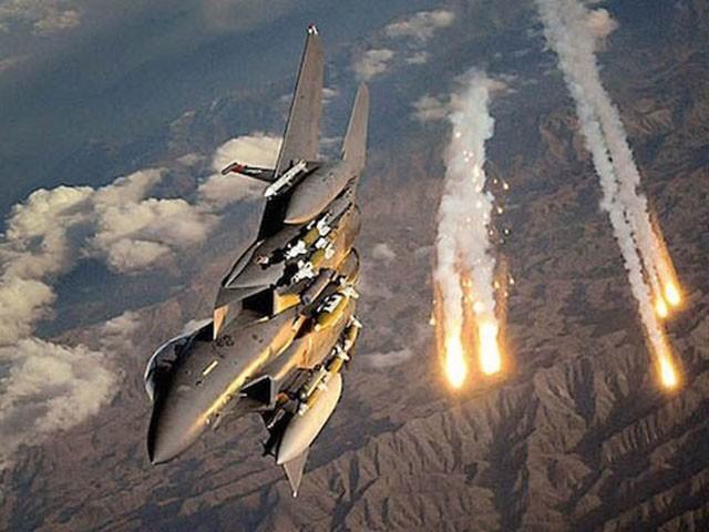 امریکی فضائیہ نے غلطی سے افغان فوجیوں پر بمباری کردی (فوٹو : فائل)