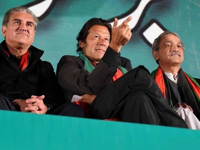 نئے اور پرانے کی جنگ بتدریج شدت اختیار کرتی چلی گئی اور عمران خان کیلئے مشکلات بڑھتی چلی گئیں۔ فوٹو: فائل