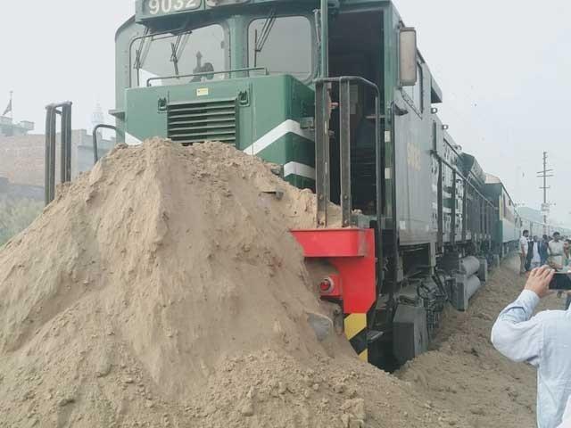 ٹرین کا انجن اوور شوٹ ہوگیا تھا جس سے انجن کی بریکیں فیل ہوگئیں۔ فوٹو: بلال غوری