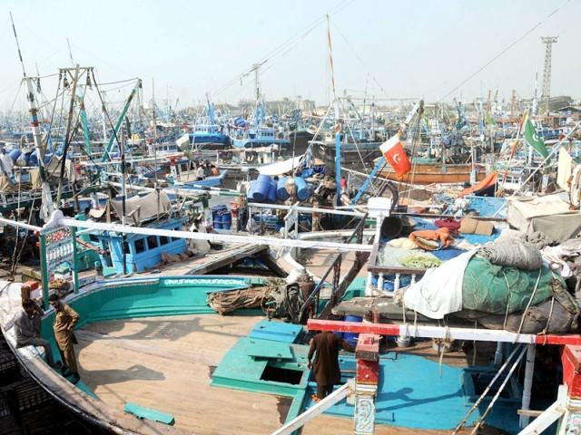 کشتی کو ڈونگی کا نام دیا گیا، مچھیرے ان کشتیوں سے ہزار روپے تک کی مچھلیاں پکڑ لیتے ہیں۔ فوٹو: ایکسپریس
