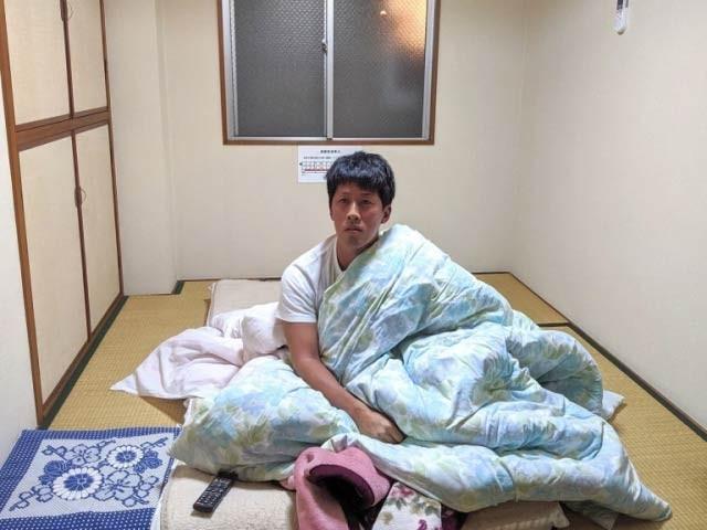جاپان کے ہوٹل میں سوا ڈالر میں کمرا دستیاب ہے لیکن وہاں لگا کیمرا 24 گھنٹے براہِ راست یوٹیوب پر کمرے کی روداد نشر کرتا ہے (فوٹو: سورانیوز 24)