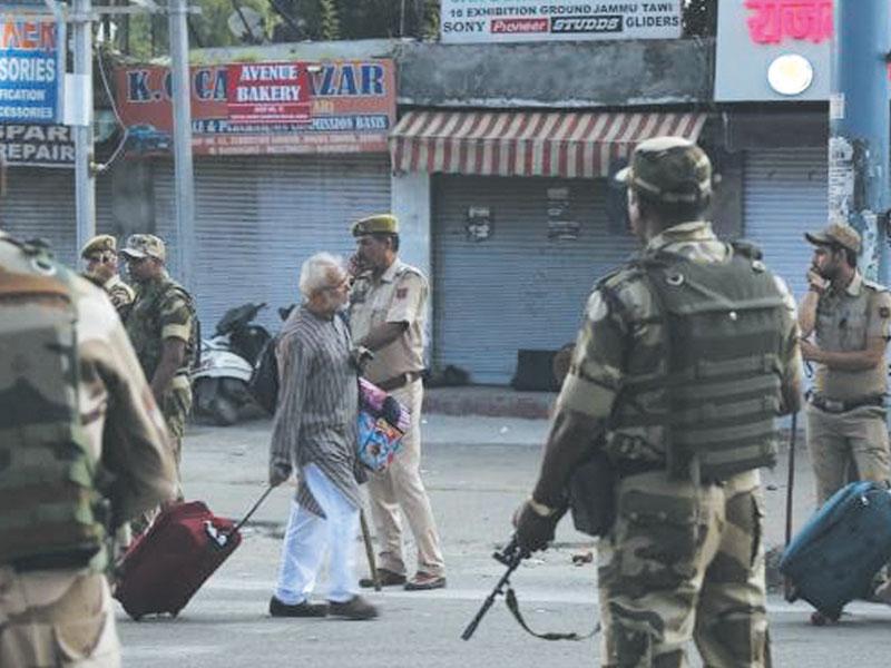 احتجاج کایہ انداز بھارت کے لیے اعصاب شکن ہے، قابض فوج شدید نفسیاتی دباؤ کا شکار۔ فوٹو: فائل