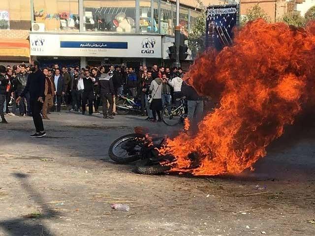 ایران میں پیٹرول کی راشنگ کرتے ہوئے اس کی قیمت میں 50 فیصد تک اضافہ کیا ہے فوٹو: فائل