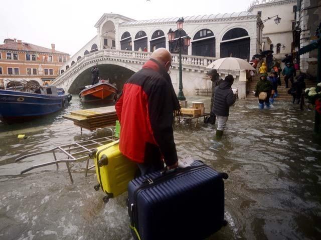 شہر میں کاروبار اور سیاحتی سرگرمیاں شدید متاثر، اسکولوں بند اور گھروں میں پانی داخل ہوگیا ہے۔ فوٹو : اے ایف پی
