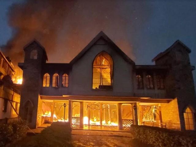 چرچ کا رکھوالا جوڑا نادر و قدیم اشیا کو بچانے کی کوشش میں شعلوں کی لپیٹ میں آگیا۔ فوٹو : بھارتی میڈیا