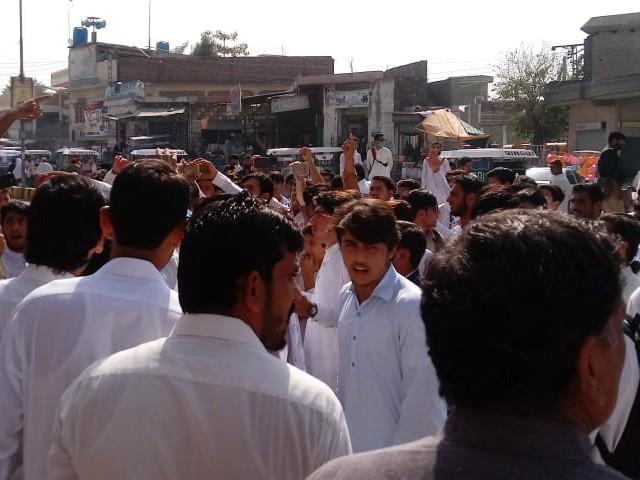 احتجاج کے دوران مظاہرین نے مردان روڈ ٹریفک کیلئے بند کردیا۔ فوٹو: فائل