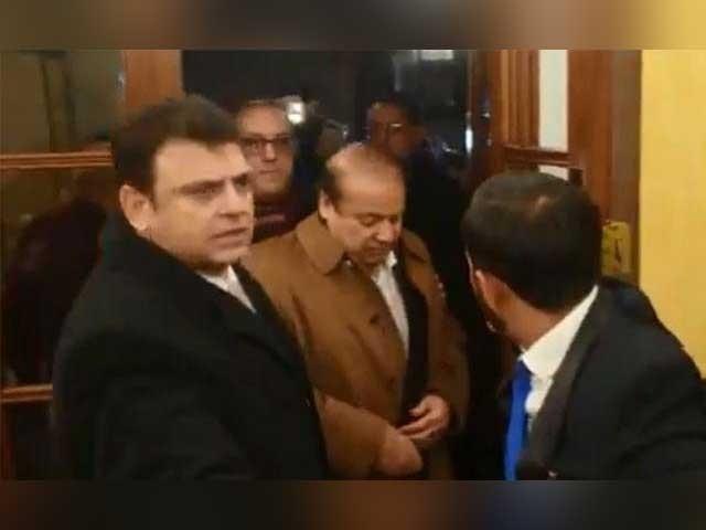 شہباز شریف اور ذاتی معالج ڈاکٹر عدنان بھی سابق وزیراعظم کے ہمراہ ہیں۔ فوٹو : ٹوئٹر