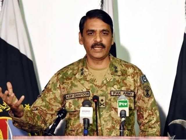 حکومت اور فوج ایک پیج پر ہیں اور ملکی ترقی کے لیے دونوں رابطے میں ہیں، میجر جنرل آصف غفور (فوٹو: فائل)