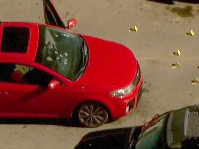 امریکی ریاست اوکلاہوما کے شہر ڈنکن میں فائرنگ سے تین افراد ہلاک ہوگئے ہیں، تصویر میں کار دکھائی دے رہی جس پر فائرنگ کی گئی ہے۔ فوٹو: فائل